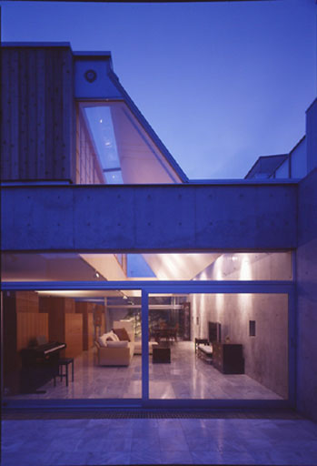 thukamoto-house living nightseen-web.jpg
